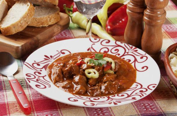 Cseréptálban sült vörösboros marhapörkölt : szétomló hús, sűrű szaft