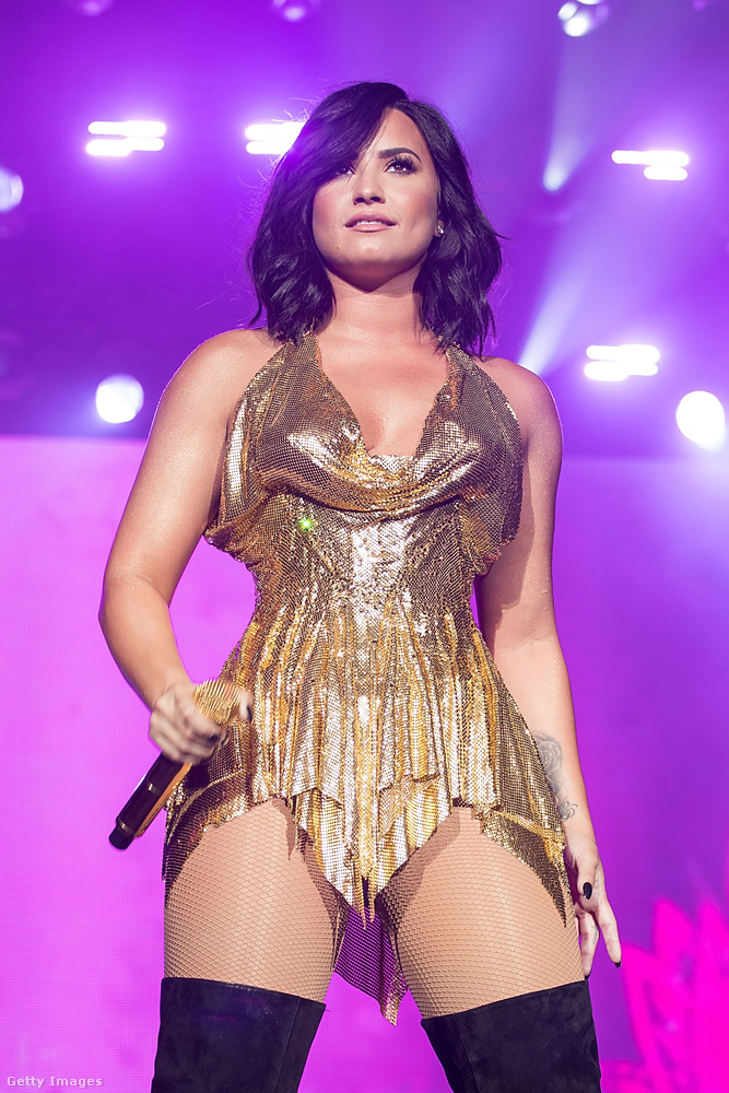Persze egy performanszhoz hozzátartozik a látványos megjelenés, amihez az énekesnő tartotta is magát készséggel