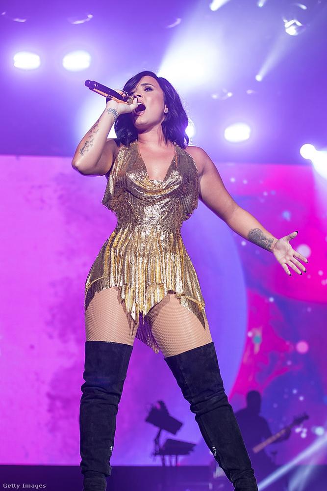 Az 1 százalékban afrikai származású Demi Lovato március 25-én lépett fel a texasi AT&T Stadium-ban, ebben a ruházatban