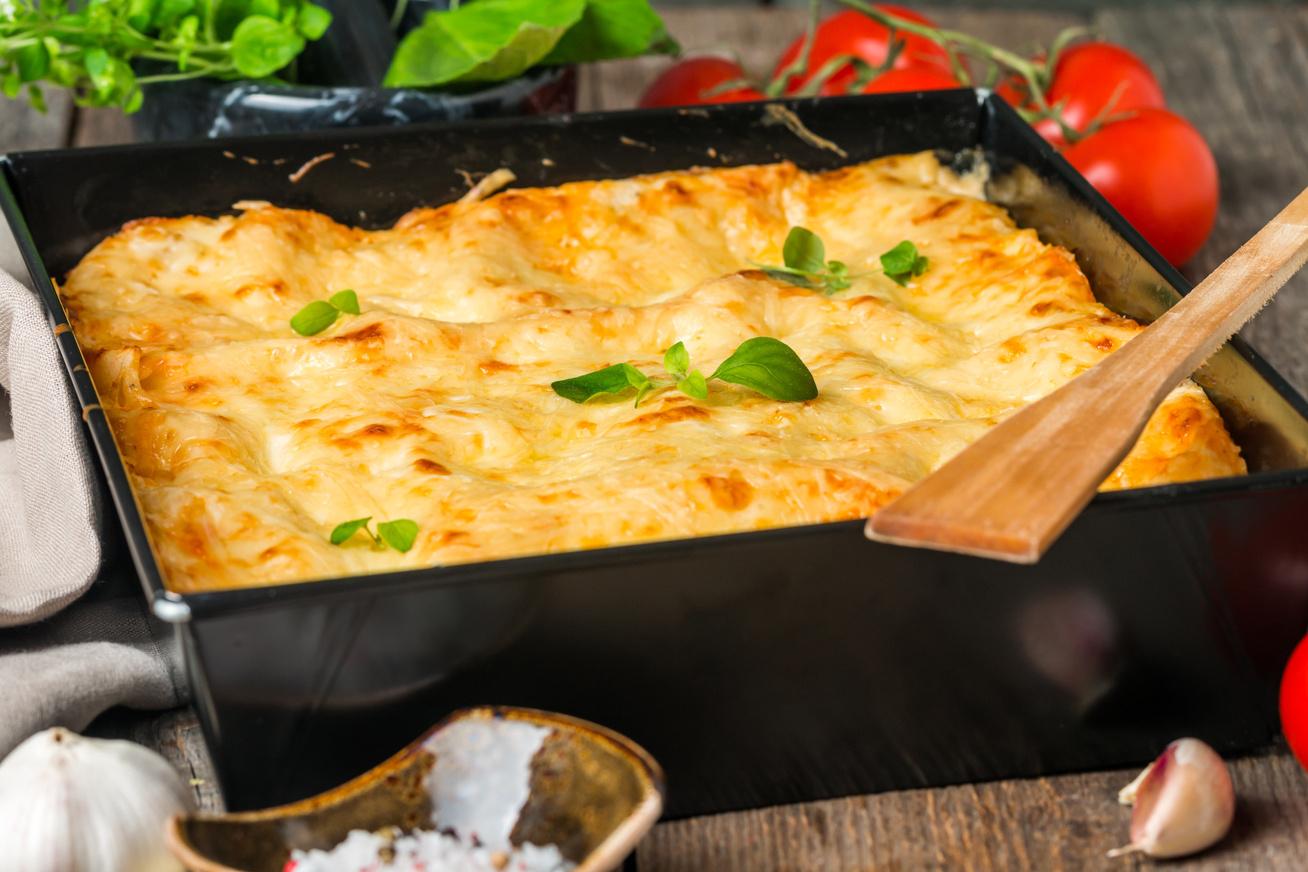 Sonkás rakott tészta sok sajttal és tejföllel - Kiadós, ízletes vacsora 40 perc alatt