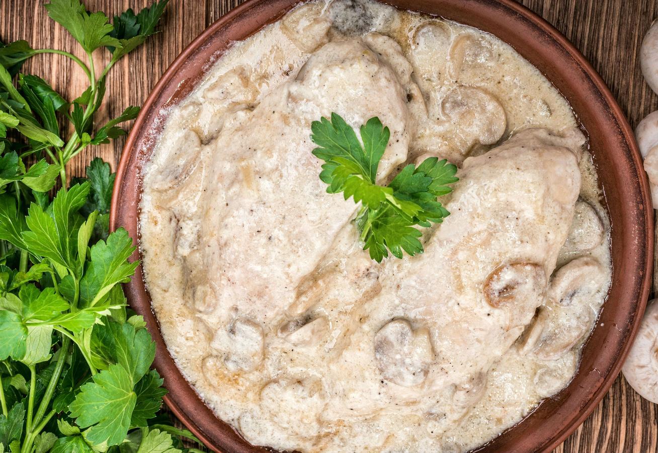 Ínycsiklandó tejszínes-gombás szelet - Omlós hús finom szószban
