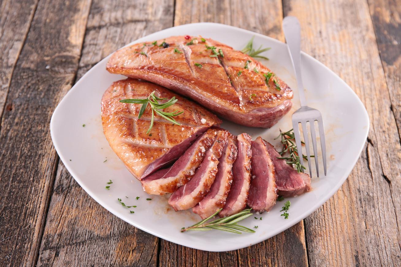 Rózsaszínre sült fűszeres kacsamell egyszerűen - Így marad a hús szaftos és omlós