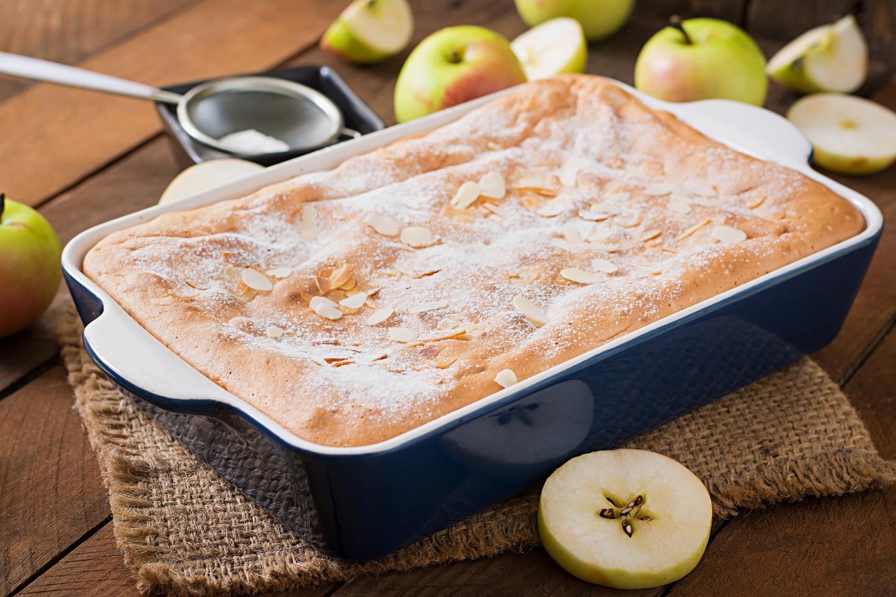 Egyszerű almás kevert süti ropogós mandulával