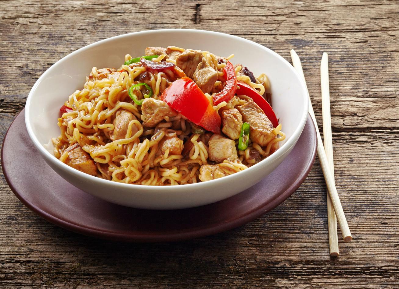 A kínai sült tészta receptje csirkével és zöldségekkel