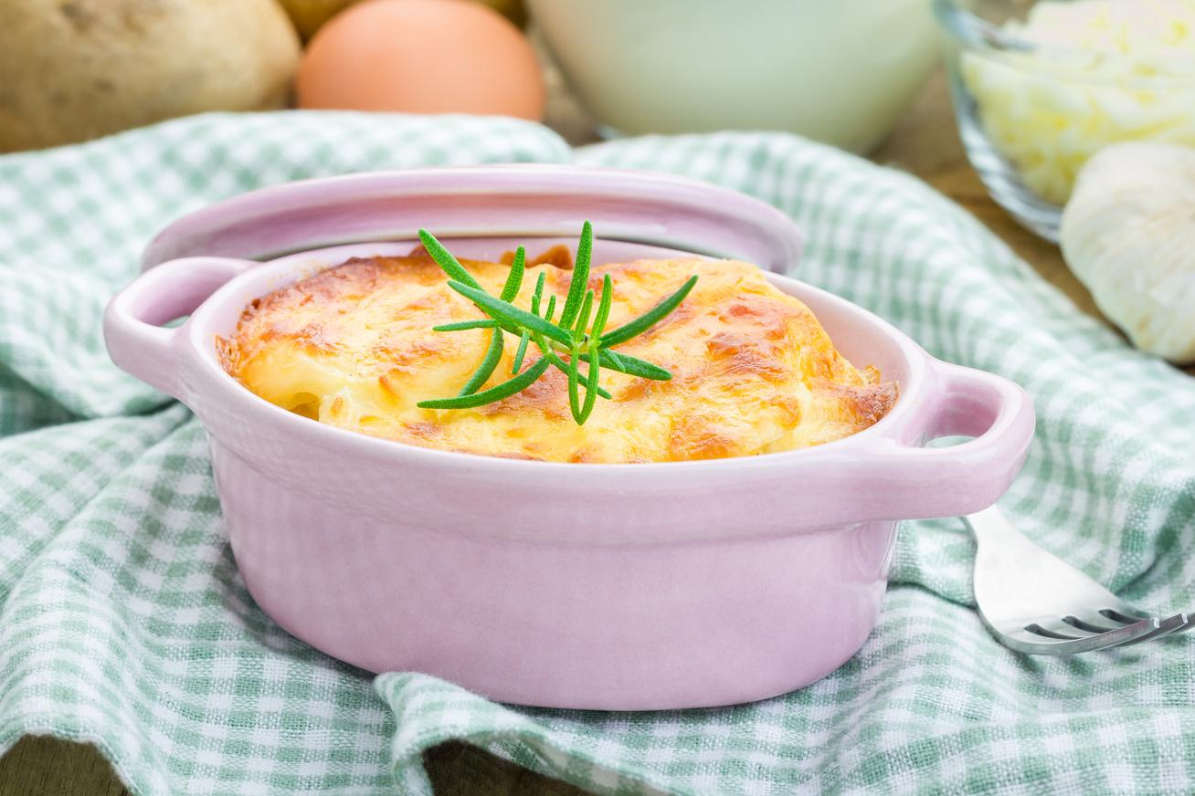 Tejfölös, sajtos rakott krumpli