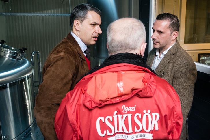 Lázár János Miniszterelnökséget vezetõ miniszter (b) Lénárd András a Csíki Sör Manufaktúrát üzemeltetõ Lixid Project Kft. vezetõje (j) és Simonffy Árpád sörfõzõ mester (háttal) az Igazi Csíki Sört gyártó csíkszentsimoni sörfõzdében 2017. március 24-én.
