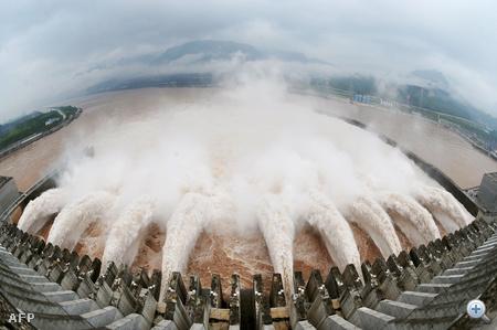A Három Völgy duzzasztógát. A 2006-ban elkészült hatalmas vízierőműből az idei év legnagyobb vízmennyiségét kell leengedni az áradások miatt.