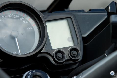 Azon a kis LCD panelen jelennek meg az alapinformációk: hűtővíz hőmérséklet, üzemanyagszint, aktuális fokozat, idő.