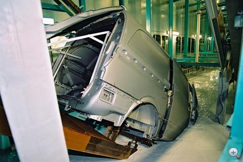 Az autógyárakban az alapozóréteget kataforetikus fürdőbe merítve viszik fel a karosszériákra