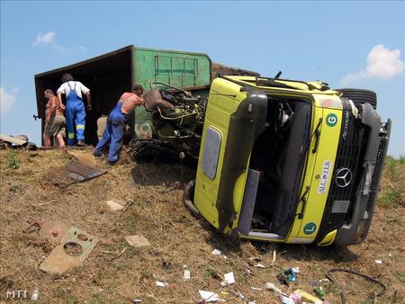 Felborult kamion a 4-es főút szolnoki elkerülő szakaszán (Fotó: Donka Ferenc)