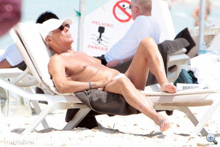 Így napozik Giorgio Armani.