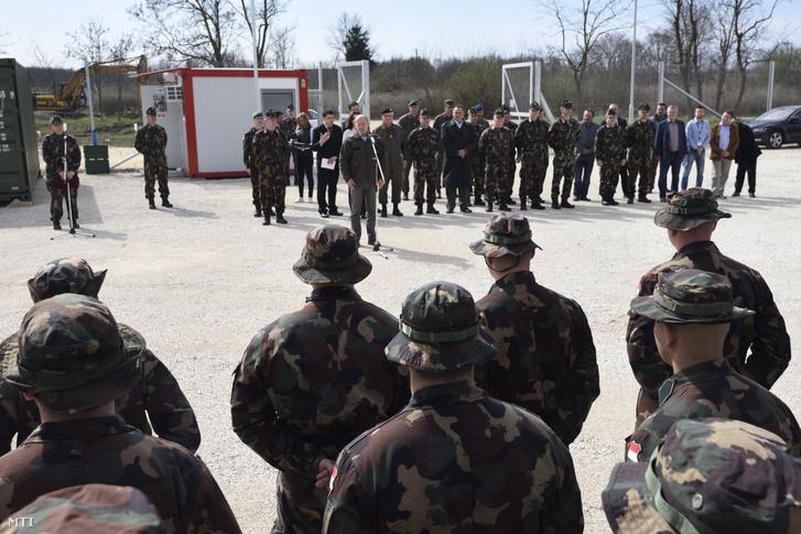Simicskó István honvédelmi miniszter beszédet mond a hercegszántói határvédelmi bázis átadásán 2017. március 20-án.