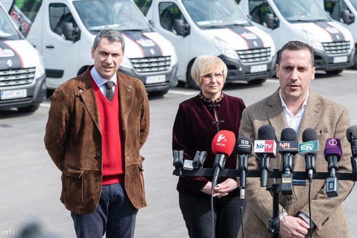 Lénárd András a Csíki Sör Manufaktúrát üzemeltető Lixid Project Kft. vezetője (j) Bálint Gabriella hódmezővásárhelyi önkormányzati képviselő (k) és Lázár János.