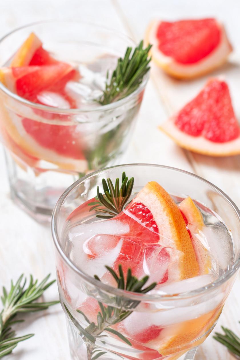 Egy grépfrút gyümölcshúsát tedd a vízbe egy rozmaringággal. Ez az aromás víz nemcsak a puffadás ellen segít, de az étvágyadat is csökkenti.