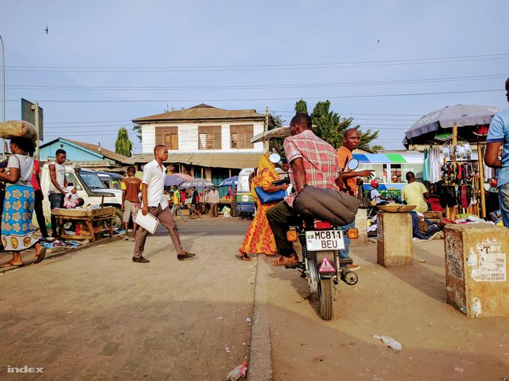 Kirakodóvásár a nyomornegyedet átszelő főúton Dar es-Salaamban.