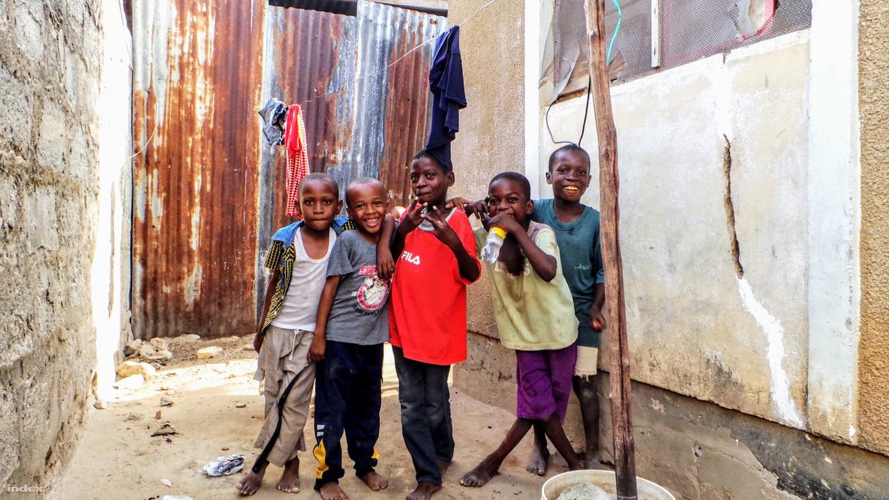 Pózoló gyerekek a nyomornegyedben.