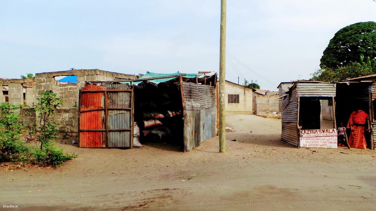 Raktárnak használt bódék Dar es-Salaam egyik nyomornegyedében.