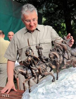 Semjén Zsolt miniszterelnök-helyettes Tóbiás Klára szobrászművész Csaba királyfi visszatérése című szobortervét nézi (Fotó: Oláh Tibor)