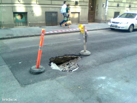 Kráter a Székely Bertalan utcábanolvasónk, Csóri Sándor képe
