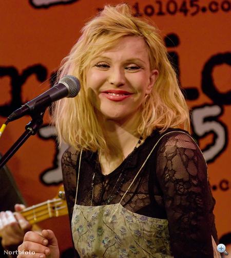 Courtney Love feszesre felvarrt bőrrel és lebénított arcizmokkal a múlt hónapban egy vakmerő elhatározás folytán mosolyogni próbált. Az eleve kudarcra ítélt kísérlet során személyi sérülés nem történt