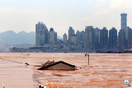 """Szinte teljesen elárasztott ház a Jangce folyó """"útjában""""."""
