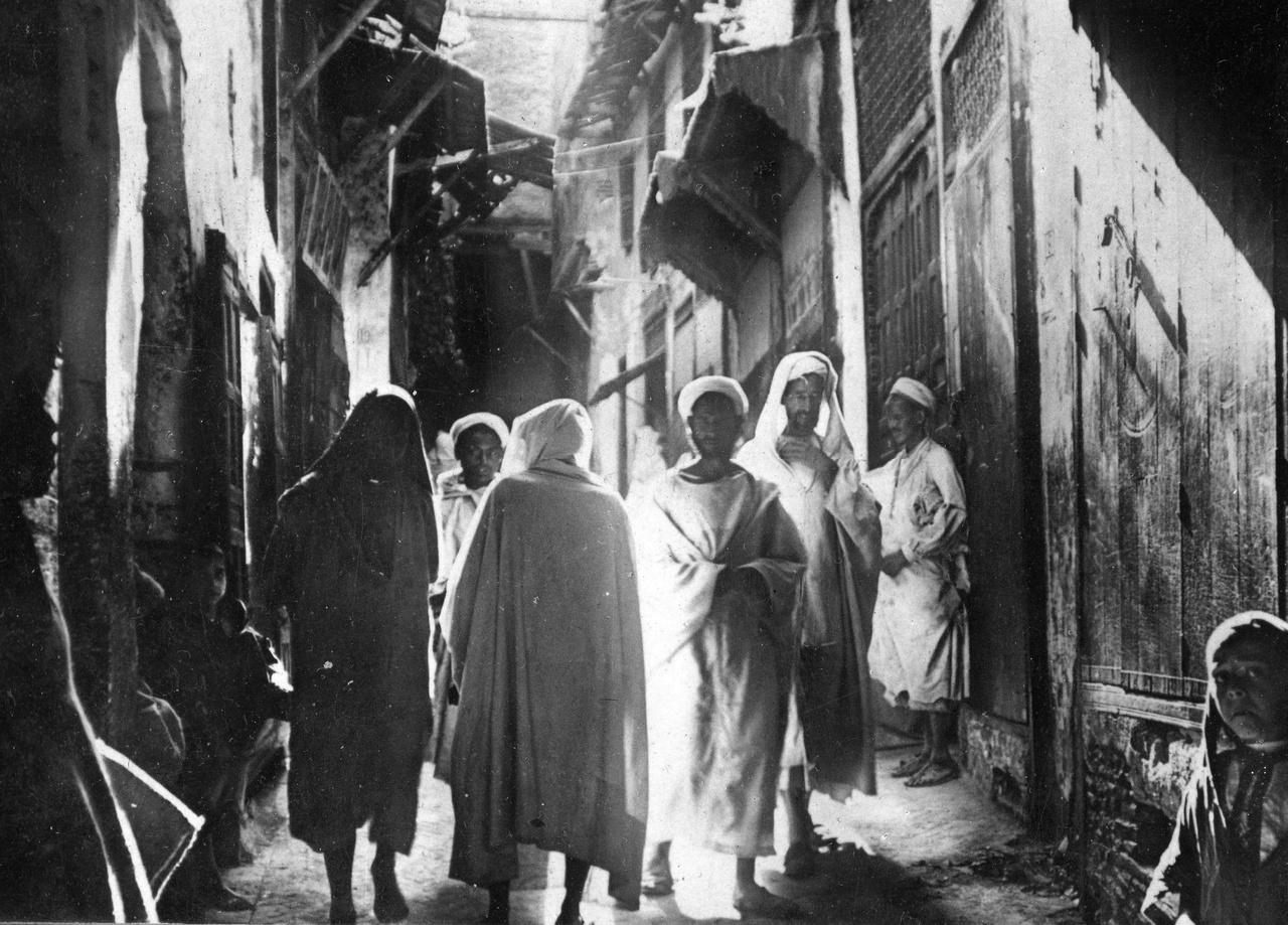 """A casablancai Souk (bazár) 1936-banEgyetlen ezredfordulós, tunéziai társasútnak álcázott afrikai bevásárlótúrán sem maradhatott ki a bazár. Araboktól vásárolni, alkudozni nem való mindenkinek, de van, aki szakértő. Az angol szerkesztő, Holler az olajszagú sikátor legkisebb, sötét, legyektől zsongó boltjában mutatta be a jó vásárlás menetét A szőke ciklonban: """"Azután következett az alku. Az arab először kacagott, később a mellét verte, kirohant az utcára, és ökleit rázta a járókelőkre, majd habzó szájjal tépdeste a burnuszát, és összecsapva kezét, kétségbeesetten a plafonra tekintett, hogy nyomban utána zokogva boruljon a bricsesznadrágra, mintha holt gyermekét siratná. […] Egy óra múlva minden becsomagolva feküdt előttük, fizettek és mentek."""""""