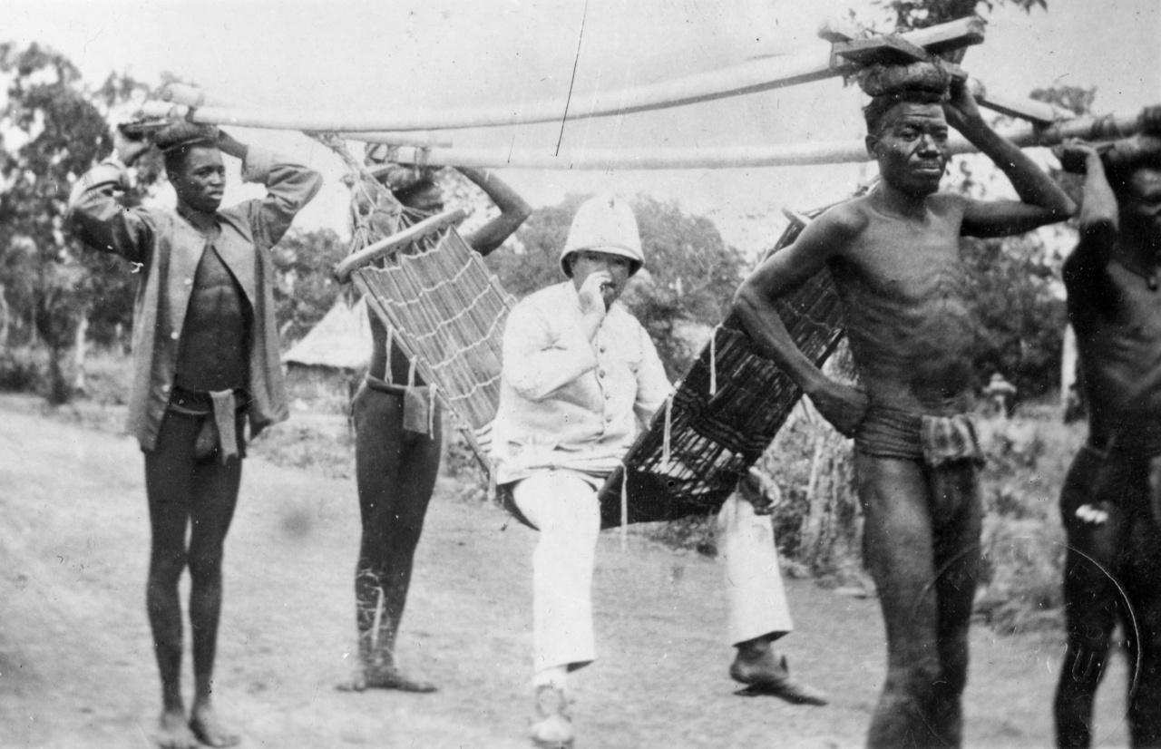 """Gyaloghintó valahol Afrikában, 1935A """"Versenyfutás Afrikáért"""" vagyis a gyarmatosítás egyik győztese pihen a helyiérdekűn. Rejtő így írt Budapestről a nagyhatalmak kis afrikai játékairól: """"Semmi kockázat. Látszatát sem az erőszaknak. A katonák csak a gyarmatbirodalom védelmét szolgálják, és bennszülött rablótörzseket szállnak meg, de nem akarnak hódítani."""""""