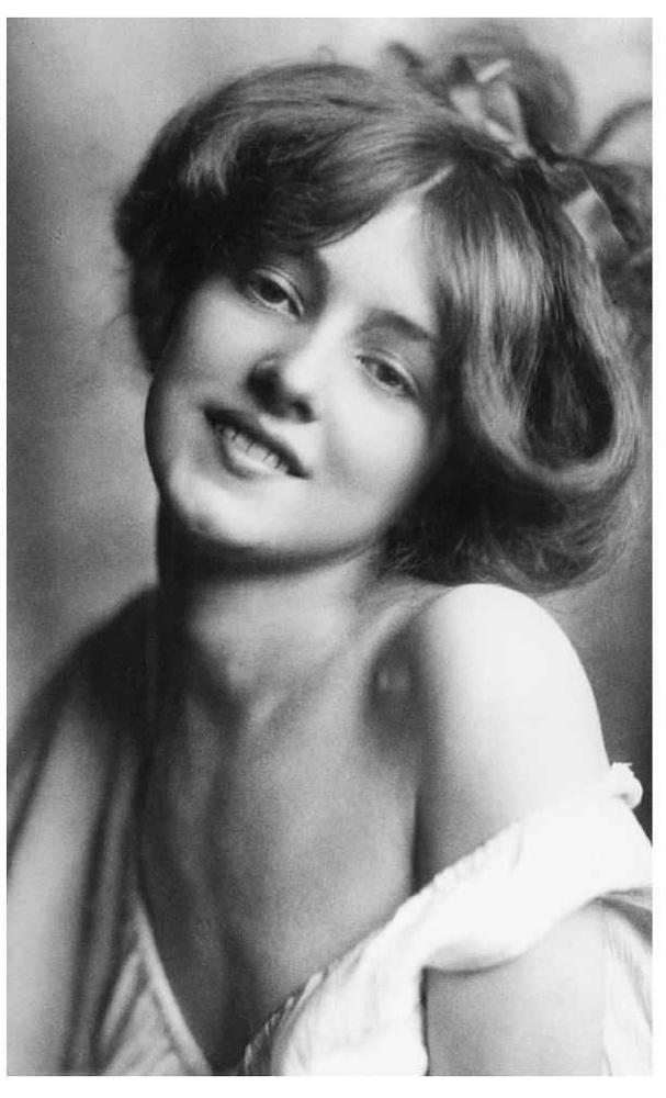 Ez a kép 1901-ben készült Evelyn Nesbitről, ezt nem színezték ki, úgyhogy mindjárt tovább is megyünk, csak azt hadd tegyük még ide, hogy miután tizenévesen megcsinálta a szerencséjét a modellkarrierrel, szép hosszú élete volt még, 1967-ben halt meg, 82 évesen.