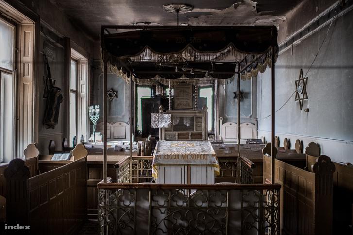 Az elsődleges tűzvizsgálat szerint az imaterem oltáránál keletkezett elektromos hiba okozhatta a tüzet.