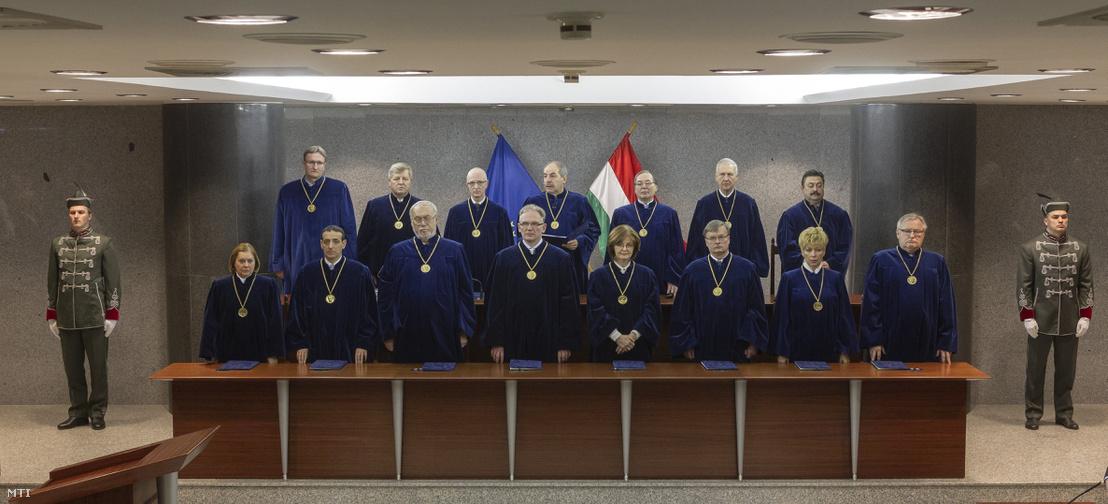 Alkotmánybírók egy nyilvános határozathirdetésen 2017 januárjában