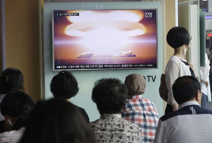 Észak-Korea újabb kísérleti atomrobbantásáról szóló tévétudósítást néznek emberek Szöul főpályaudvarán 2016. szeptember 9-én.