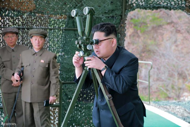 Kim Dzsungun egy rakétakísérletet tekint meg