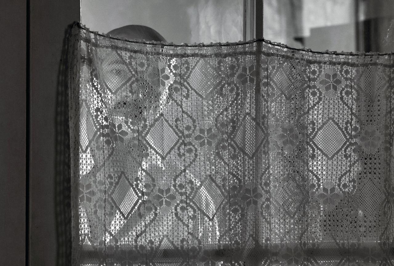 A film visszatérő vizuális eleme, hogy a szereplők folyamatosan kukucskálnak, csipkén, ablakon, redőnyön keresztül.