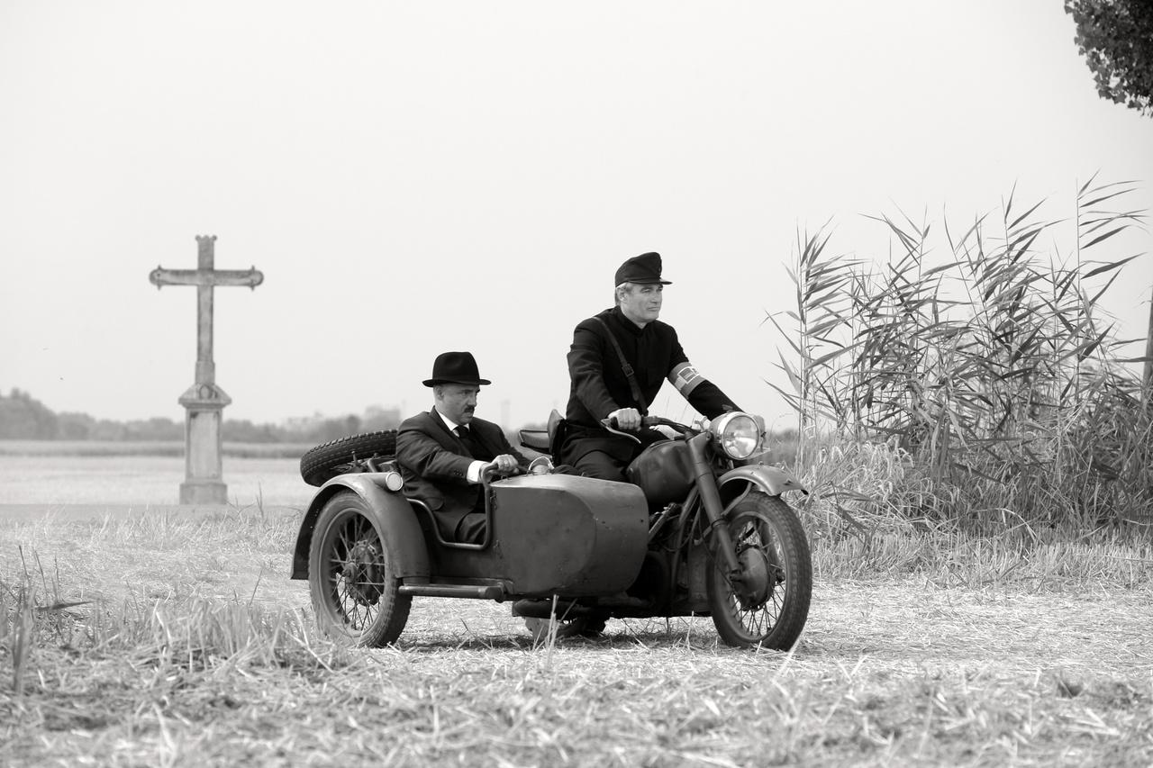 A motorn Terhes Sándor, az oldalkocsijában Rudolf Péter, aki a falu kiskirályát, a jegyzőt alakítja.