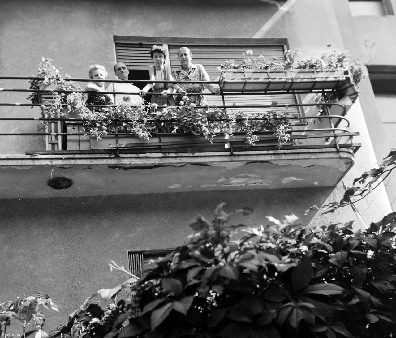 A terasszal szemben az erkély a levegőben lóg. Ha megnyílna alattunk, akkor nem egy szobába pottyannánk, hanem a kertbe vagy az utcára. Esetleg az alattunk levő erkélyre. Az erkély mindig kilóg a ház homlokzatából, mint ahogy ezen az 1963-as fotón is látszik a budapesti Hollósy Simon utcában.