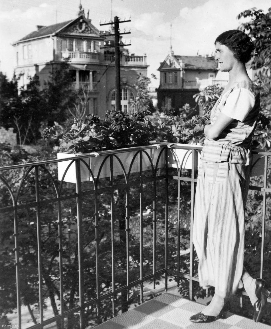 Erről a ruháról se mondanánk meg, hogy nyolcvan évvel ezelőtti, legfeljebb a villanypózna árulkodik arról, hogy 1936-ban járunk. Na de vissza az eredeti témához! Az Istenhegyi úti villákon tökéletesen tanulmányozhatjuk a balkontípusokat. A lány alighanem egy erkélyen áll, a szemben levő villán tetőterasz és erkély is van.