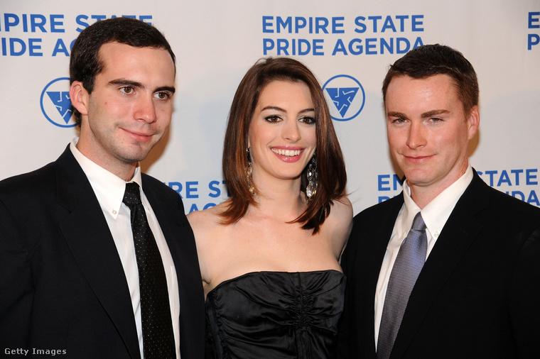 A bal szélen Thomas, a jobb szélen pedig Michael Hathaway látható