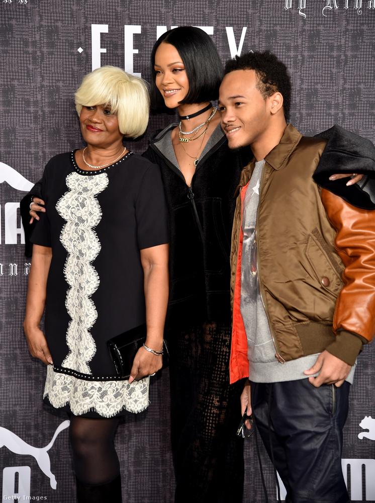 Ő pedig itt a kép jobb szélén Rihanna öccse, a 20 éves Rajad Fenty