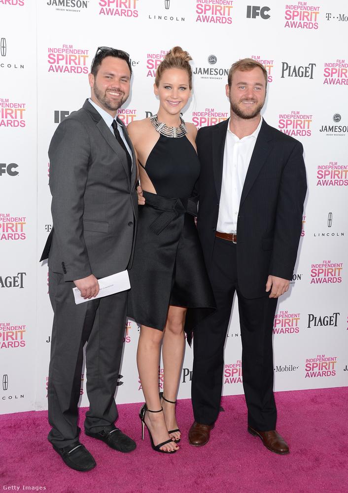 Az Oscar-díjas színésznő, Jennifer Lawrence két testvérrel is büszkélkedhet: a kép bal szélén Ben, a jobb oldalon pedig Blaine Lawrence mosolyog a kamerába.
