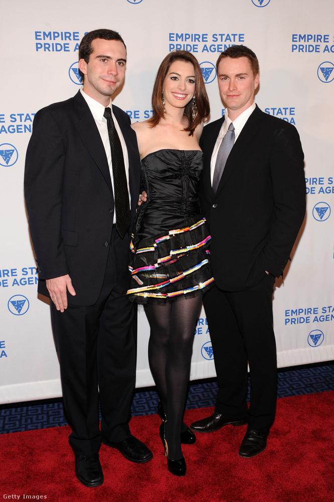 És az megvan, hogy Anne Hathawaynek két fiútestvére is van?
