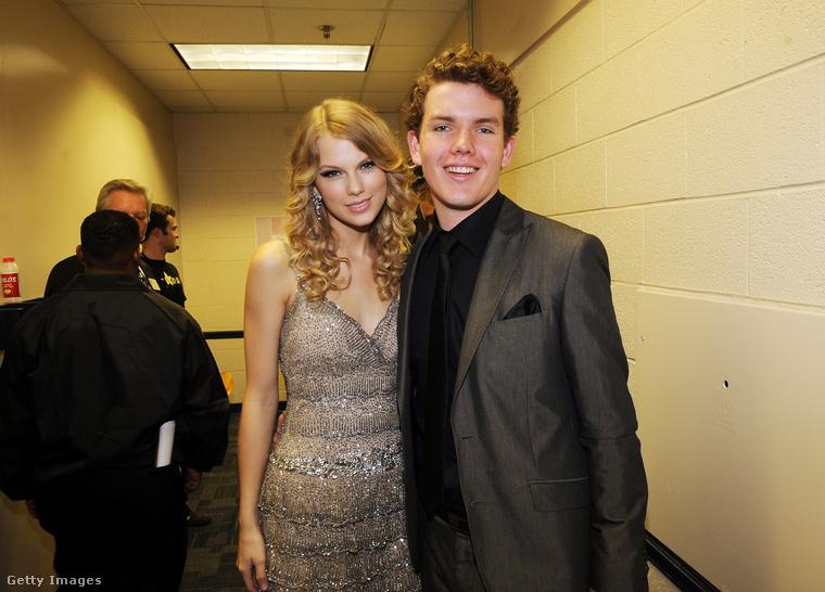 És azt tudta, hogy a 27 éves Taylor Swiftnek van egy 25 éves öccse, aki már nem is annyira ismeretlen?