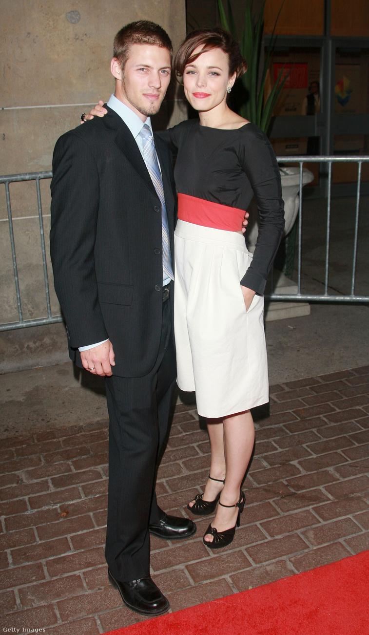 Bizony, jól látja, ő itt Rachel McAdams és testvére, Daniel