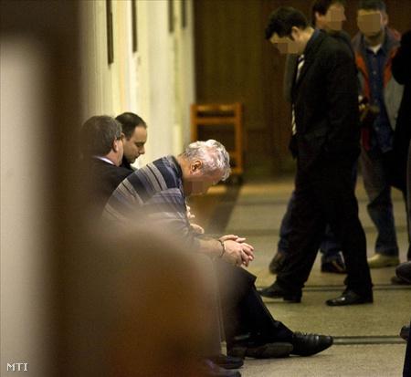 Szabó János várakozik a Budai Központi Kerületi Bíróságon