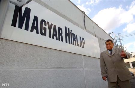 Széles Gábor a Magyar Hírlap szerkesztőségi épülete előtt (Fotó: Szigetváry Zsolt)