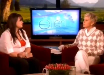 Ellen DeGeneres (jobb oldalon) saját showjában, épp Constance McMillannel