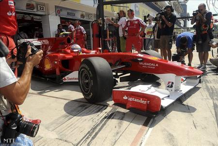 Alonso kiáll a boxból