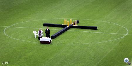21 gyertyával díszített kereszt állít emléket a halott fiataloknak a Love Parade áldozatainak rendezett gyászszertartáson