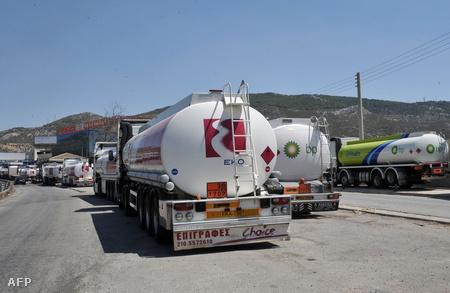 Üzemanyagszállító-kamionok parkolnak egy görög főút mellett