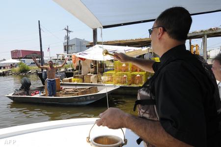 John Arnone atya megáld egy útra kelő halászhajót