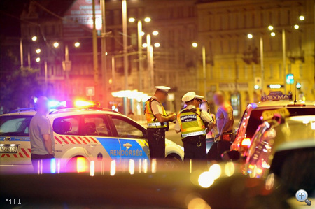 Rendőrök ellenőrzik az autókat Budapesten, a Petőfi hídon. A gyilkosság helyszínén és az onnan kivezető valamennyi úton, valamint a fővárosba vezető utakon ellenőrző áteresztő pontokat állítottak fel, ahol gépfegyveres rendőrök folyamatosan ellenőriznek és igazoltatnak.
